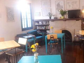 Una sala de estar llena de muebles y una chimenea en Casa En Venta En Bogota Teusaquillo