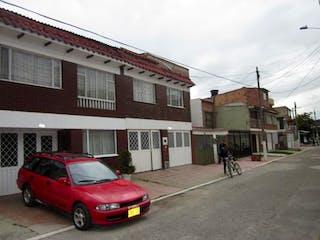 Un coche rojo estacionado delante de un edificio en Casa En Venta En Bogota Madelena