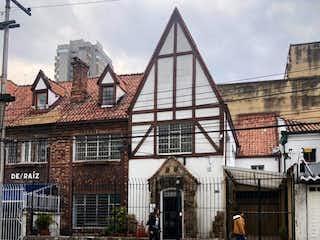 Un gran edificio con un reloj en la parte superior en Casa En venta En Bogota Chapinero Alto