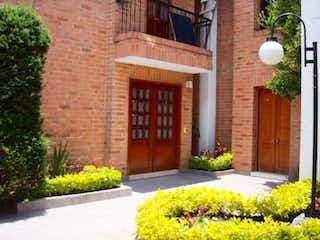 Un edificio de ladrillo con una planta en maceta en Casa En Arriendo/venta En Bogota San Jose De Bavaria