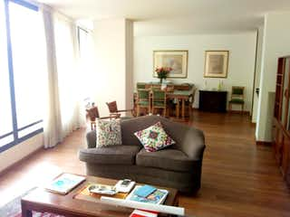 Una sala de estar llena de muebles y una chimenea en Ed Manantial 72