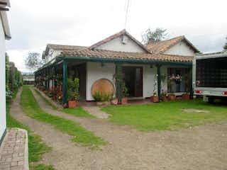 Una casa que tiene un montón de ventanas en ella en Casa En Venta En Cota Vereda Pueblo Viejo- 2 chimeneas