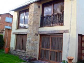 Un gran edificio de ladrillo con una ventana en frente en Casa Villa Claudia
