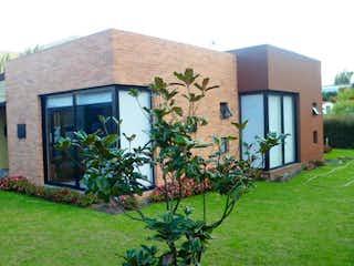 Una casa con una planta creciendo de ella en Conjunto Hacienda Palo
