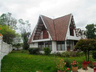 Una casa que está sentada en la hierba en Finca Bilbao