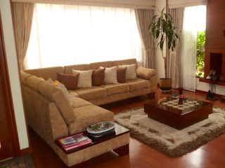 Una sala de estar llena de muebles y una ventana en Conjunto Los Rosales