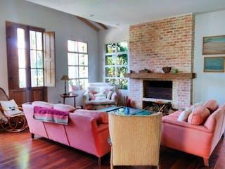 Una sala de estar llena de muebles y una chimenea en Conjunto Las Margaritas