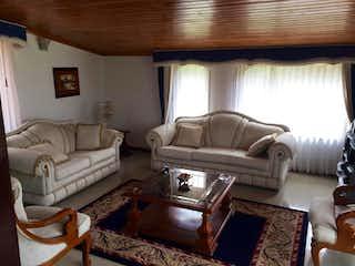 Una sala de estar llena de muebles y una chimenea en Casa Campestre En Tabio Rió Frió Oriental- 3 alcobas