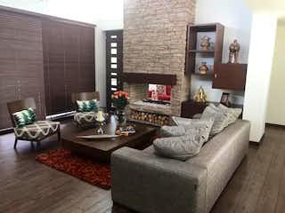 Una sala de estar llena de muebles y una chimenea en Conjunto Toscana
