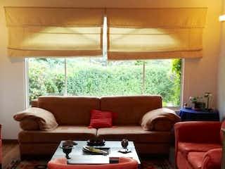 Una sala de estar llena de muebles y una ventana en Casa Campestre en Chia - clásica, con amplias zonas verdes