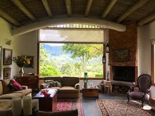 Una sala de estar llena de muebles y una gran ventana en Casa La Tierrita