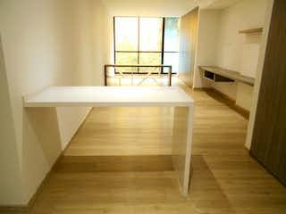 Una vista de una sala de estar y comedor en Apartaestudio En Venta En Bogota Chapinero, cuenta con terraza.