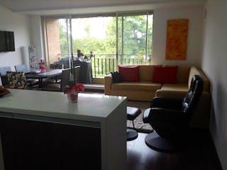 Una sala de estar llena de muebles y una ventana en Conjunto