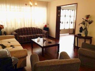 Una sala de estar llena de muebles y una ventana en Casa En Venta En Bogota Modelo Norte