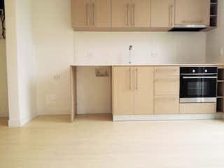Una cocina con armarios blancos y electrodomésticos blancos en Edificio Bd