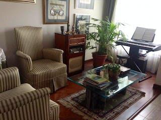 Una sala de estar llena de muebles y una planta en maceta en Conjunto