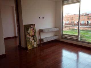 Una sala de estar llena de muebles y un suelo de madera en Conjunto