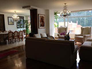 Una sala de estar llena de muebles y una lámpara de araña en Apartamento En Bogota Santa Barbara Oriental