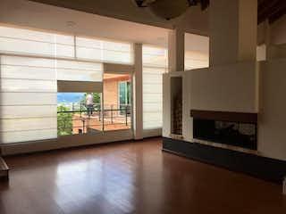 Una sala de estar llena de muebles y una chimenea en Casa en venta en Fonquetá, 2600mt