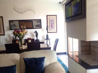 Una sala de estar llena de muebles y una televisión de pantalla plana en Apartamento en Bogota Reserva De La Sierra -Sta Barbara - con tres habitaciones