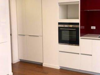 Una cocina con una estufa blanca encima del horno en Apartamento en Bogota Chapinero - dúplex, con terraza con instalaciones eléctricas
