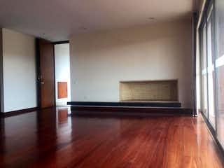 Una sala de estar con suelos de madera dura y una ventana en Conjunto