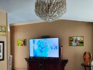 Un televisor de pantalla plana sentado en la parte superior de un soporte de madera en Casa en venta en Del Valle, de 215mtrs2