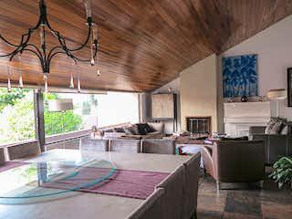 Una sala de estar llena de muebles y una televisión de pantalla plana en Casa en venta en Las Águilas, de 310mtrs2