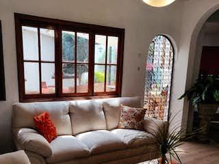 Una sala de estar llena de muebles y una gran ventana en Casa en venta en Colonia Cuajimalpa, de 187mtrs2