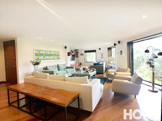 Una sala de estar llena de muebles y una televisión de pantalla plana en ILUMINADO APARTAMENTO de 3HABS con VISTA VERDE – VENTA – Cll 73 Cra 00 – ROSALES