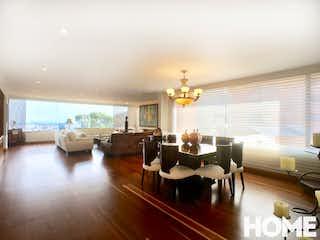 Una sala de estar llena de muebles y una televisión de pantalla plana en Apartamento en El Refugio, Chico - 300mt, tres habitaciones, chimenea