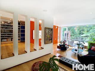 Una sala de estar llena de muebles y una gran ventana en ESPECTACULAR CASA DE DISEÑO CON BOSQUE PRIVADO – SANTA ANA