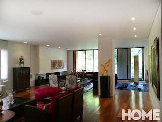 Una sala de estar llena de muebles y una televisión de pantalla plana en EXCLUSIVO APARTAMENTO AUTOMATIZADO 3HABS+ESTUDIO EN VENTA CHICÓ RESERVADO