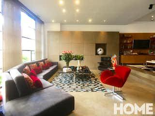 Una sala de estar llena de muebles y una gran ventana en ESPACIOSO APTO DUPLEX DOBLE ALTURA – VENTA – Cra 8 Cll 95 – CHICO RESERVADO