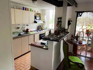 Una cocina con una estufa de fregadero y nevera en Se Vende Apartamento en Simón Bolívar ,Medellin
