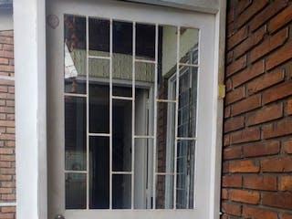 Una ventana que tiene una ventana en ella en Edificio