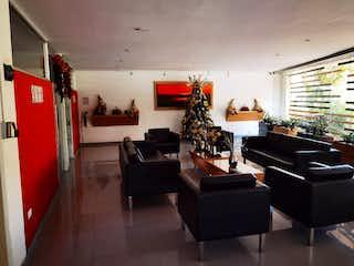 Una sala de estar llena de muebles y una chimenea en ZS-901 Apartamento en venta, Pontevedra
