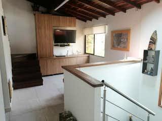 Una cocina con lavabo y microondas en SE VENDE CASA EN ENVIGADO, ALCALA