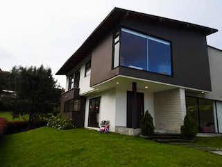 Una casa que tiene una ventana en ella en VENTA ESPECTACULAR CASA 🏡  EN EL ALTO DEL ESCOBERO