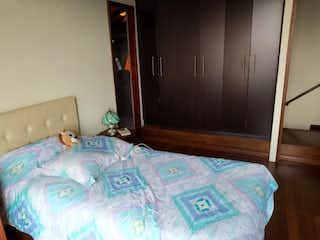 Un dormitorio con una cama y una cómoda en Apartamento en venta en Rosales de 2 alcoba