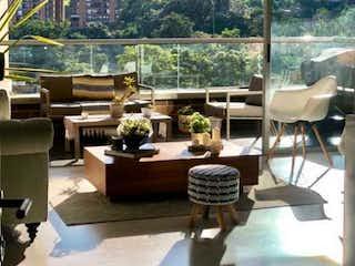 Una habitación llena de muebles y una ventana en VENTA APARTAMENTO EN ENVIGADO LOMA DE LAS BRUJAS