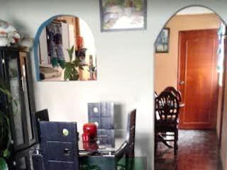 Una sala de estar llena de muebles y una planta en maceta en Casa en venta en Barrio Nuevo de 4 hab.