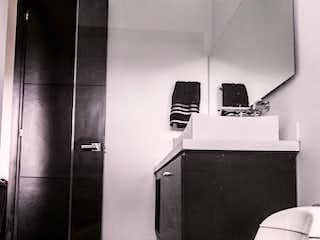 Un inodoro blanco sentado dentro de un baño en Casa en venta en Casco Urbano El Retiro con acceso a Zonas húmedas