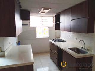 Una cocina con un fregadero y un horno de cocina en BOSQUES DE LA PEREIRA