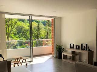 Una sala de estar llena de muebles y una ventana en Apartamento en venta en Loma Del Escobero de 97m² con Gimnasio...