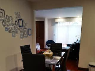 Una sala de estar llena de muebles y una ventana en Apartamento en venta en Chicó Reservado de una habitacion
