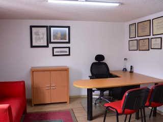Una sala de estar llena de muebles y una televisión de pantalla plana en Apto /oficina Venta en chapinero para inversión