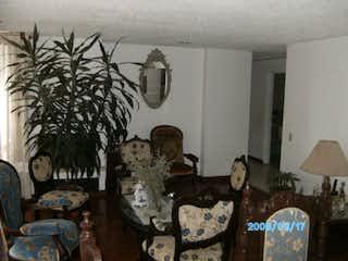 Un grupo de personas sentadas en una sala de estar en Apto venta colina campestre 1 piso