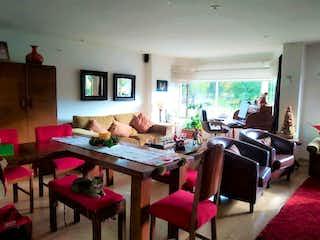 Una sala de estar llena de muebles y una televisión de pantalla plana en Bogota, Venta Apartamento en Santa Ana 109 mts
