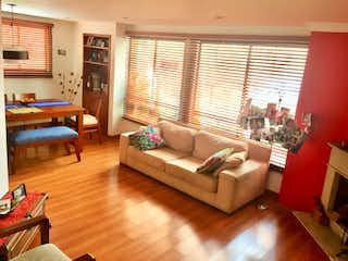 Una sala de estar llena de muebles y suelos de madera en Bogota, Alquiler Apartamento en Chico Norte 126 mts